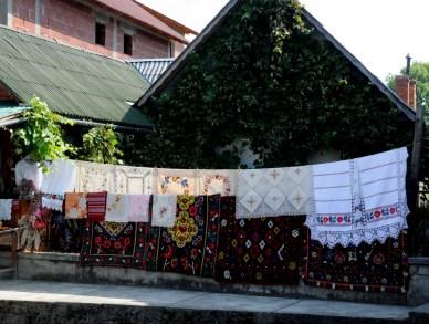 W miejscach turystycznych jest to towar na sprzedaż. W miejscach nieturystycznych często suszy się jako pranie.