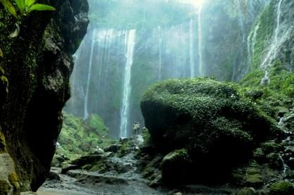 Wchodzisz w amfiteatr wodnych ścian, pełen soczystej zieleni, huku wody i latających kropli wody. OGROMNY AMFITEATR.