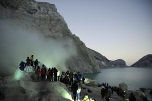 Wstaje nowy dzień, a my jesteśmy wewnątrz krateru Idżjen. Powoli nastające światło dzienne odsłania coraz więcej fantastycznych formacji dookoła.