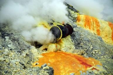Sam kazał nam czekać w dymie na światło dzienne, by zobaczyć to: wypływającą, ciekłą siarkę i fumarole.