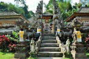 Wszystkie świątynie balijskie są odkryte, żeby bogowie z góry zauważyli, że ku ich czci dzieją się właśnie uroczystości.