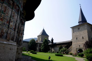 Mury i wieże obronne monastyru. Klasztory pełniły nie tylko rolę religijną, ale też obronną. Były też manifestacją chrześcijaństwa wobec tureckich najeźdźców - jak by nie było - barbarzyńców.