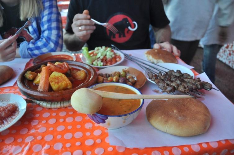Harira, tadżin, szaszłyki, marokańska sałatka, marokański chlebek i oliwki. Jeszcze czekamy na zapiekane bakłażany i kalmary. Mmmm.