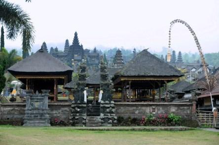 Pura Besakih. Świątynia-Matka, największa, najświętsza, zbudowana u podnóża Gunung Agung, siedziby bogów. W czasie erupcji lawa zawsze ją omija! W taki dzień, pochmurny i mglisty nie ma tu za dużo turystów, bo nie widać za swiątynią Agunga i nie można zrobić folderowych zdjęć.