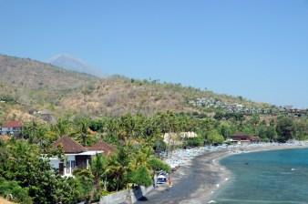 Okolice Amedu mają dużo spokojnych zatoczek, nad nimi góruje Agung (po lewej). Spokój, cisza, kilka kilometrów od wioski.