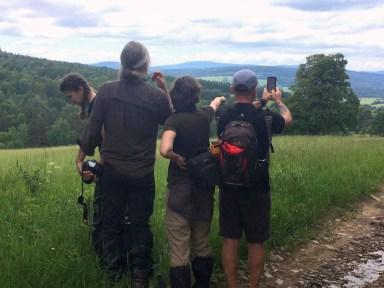 Tu ciekawa sytuacja: brat - przewodnik Beskidów Wschodnich - sprawdza, czy aplikacja w telefonie prawidłowo opisuje szczyty w panoramce przed nami. Ot, XXI wiek :)