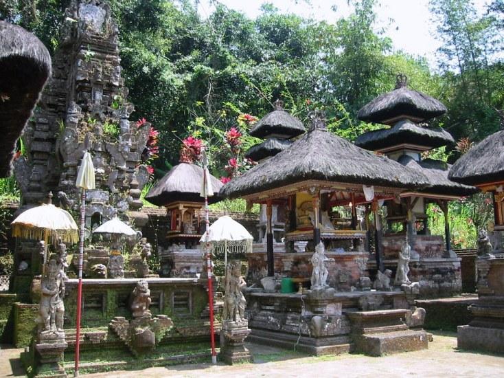 Na wyspie są tysiące świątyń: w górach, na jeziorach, w domach, na ryzowiskach, we wsiach i miastach.