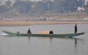 Mekong jest najsensowniejszą linią komunikacyjną - o ile jest wystarczająca ilość wody. Na transport do Luang Prabang był za niski poziom wody, więc przerzuciliśmy się autobusem.