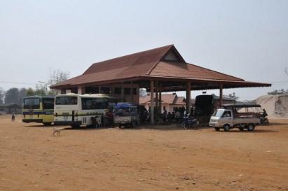 Klasyczny dworzec autobusowy. Stan dróg w Laosie pozostawia wiele do życzenia, w porze deszczowej spora część dróg jest nieprzejezdna, brak rozwiązań komunikacyjnych potrafi utrudnić życie. Kolei brak.