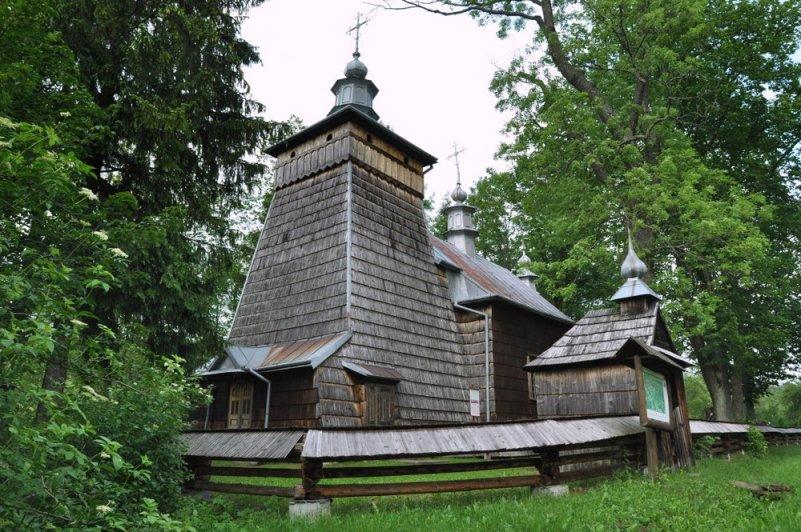 W Nowicy cerkiew św. Paraskiewy z XVII w. W odróżnieniu od większości cerkwi łemkowskich, świątynia nie jest zorientowana (prezbiterium skierowane jest w stronę południową, zamiast wschodnią).