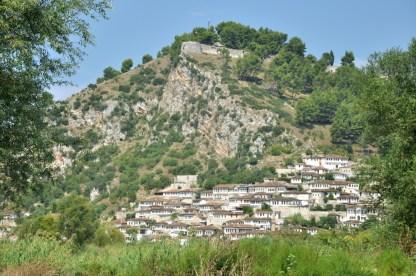 Berat nazywany miastem tysiąca okien. Najstarsza część miasta - Kalaja - jest na terenie twierdzy. Ta poniżej, na dole zbocza, to Mangalem (raczej niedostępna dla turystów). Jest jeszcze trzecia część, turecka - Gorica - u podnóża drugiego zbocza po przeciwnej stronie rzeki Osum.