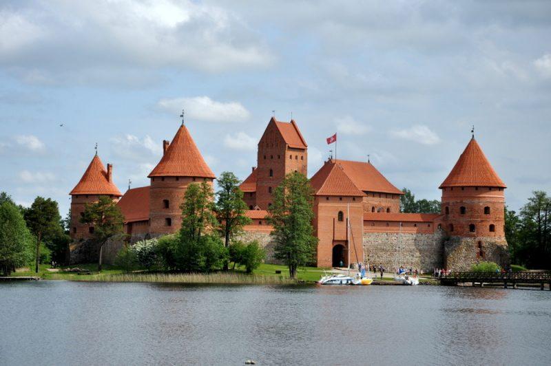 Jedyny na Litwie i w Europie Wschodniej zamek na wyspie. Gotyk. Budowę rozpoczął wielki książę litewski Kiejstut na przełomie XIV-XVw. Kontynuował jego syn, Witold.