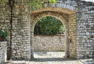 Domy, uliczki, mury i bramy - wszystko zbudowane z jasnego kamienia.
