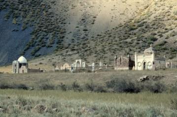 Samotny cmentarz gdzieś na polach doliny Suusamyr. Bogatsi zmarli mają swoje małe mauzolea, ci biedniejsi mają skromne pomniki.