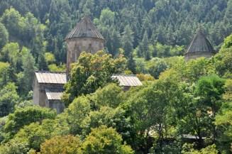 Monastyr Sapara z IX w. Trzy cerkwie – św. Saby najważniejsza z pięknymi freskami. Nad klasztorem - ruiny twierdzy.