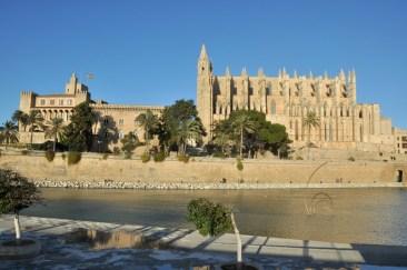 Palma de Mallorca. Po lewej Pałac Królewski La Almudaina, po prawej katedra La Seu.