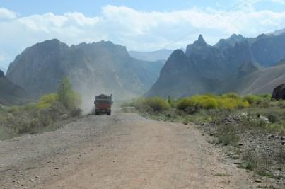 Jedziemy drogą do kopalni węgla na przełęcz Karakecze.