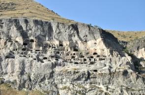 Miasto powstało w XII wieku jako twierdza wojskowa, ale królowa Tamar chwilę później ufundowała tu cerkiew i przemieniła wszystko w skalny klasztor.