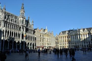 """Grand Place de Bruxelles, Wielki Plac, """"rynek"""" potocznie. Po lewej ten ze szpicem to Maison du Roi - Dom Króla - teraz: Muzeum miasta."""