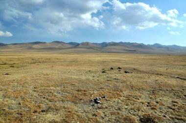 Teren nie do końca się wypłaszcza, bo jezioro leży na międzygórskim płaskowyżu, na wysokości 3016 m.
