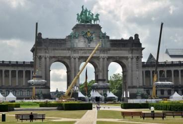W okolicy budynków unijnych: Parc du Cinquantenaire i Łuk Triumfalny wzniesiony w 1905 roku przez króla Leopolda II dla upiększenia miasta. Te dźwigi to wiszące restauracje.