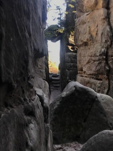 Ścieżka jest zmyślnie poprowadzona zakamarkami pomiędzy/pod/w/nad skałami.