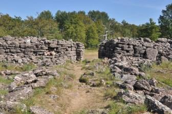 Mur długości 300m, 9 bram.