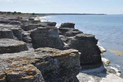 Byrums raukar, strzępiaste skały wapienno-marglowe. Raukary powstały w wyniku działania fal morskich w cieśninie kalmarskiej.