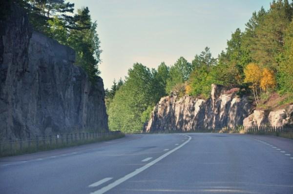 Powrót na ląd. Znów klasyczna droga szybkiego ruchu, między skałami, pusta, dobrej jakości i z ograniczeniem prędkości do 90km/h.