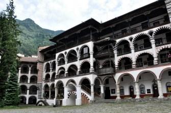 Obecne budynki klasztoru mają niespełna 200 lat, ale monastyr istnieje już od II połowy X w. Wtedy święty Iwan zwany Rilskim wzniósł niedaleko dzisiejszego klasztoru pierwsze zabudowania, które w XIV w zmiotła lawina.