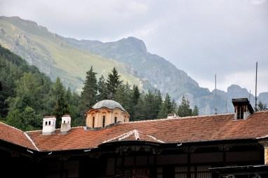 Monastyr położony jest na wysokości 1147m, otoczony grzbietami Riły.