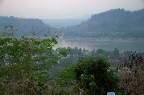 Widok na Mekong ze wzgórza Phou Si o zachodzie słońca.