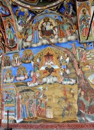 Zewnętrzne ściany cerkwi pokrywają malowidła przedstawiające sceny ze Starego Testamentu.