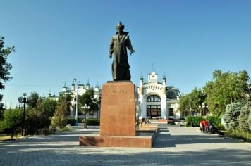 Turkiestan. Nasz pierwszy przystanek w Kazachstanie. Tu ważny plac przed ważnym dworcem kolejowym. Pomnik Abylaja Chana, potomka założyciela Kazachstanu, który dalej jednoczył kraj i nigdy nie podporządkował się Carskiej Rosji. Kazachski bohatyr.