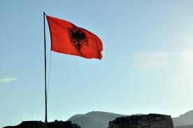 Cała Albania flagami stoi. Każda wieża, baszta, mur musi mieć flagę.