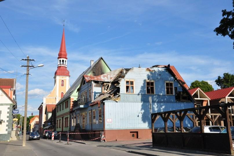 W estońskich miasteczkach kilka razy spotkaliśmy się ze spalonymi lub nadpalonymi domami.