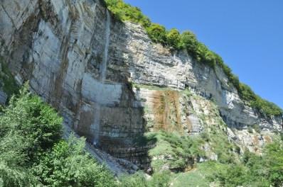 Wodospad Kinchkha. Zdaje sie, że najwyższy w Gruzji. Latem trochę ciurka, ale i tak niesie pyłem wodnym.