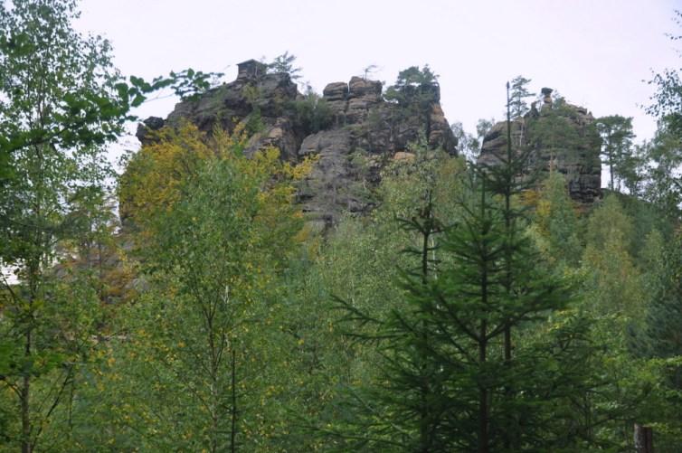Rudolfuv Kamen (484 m) z altanką na szczycie.