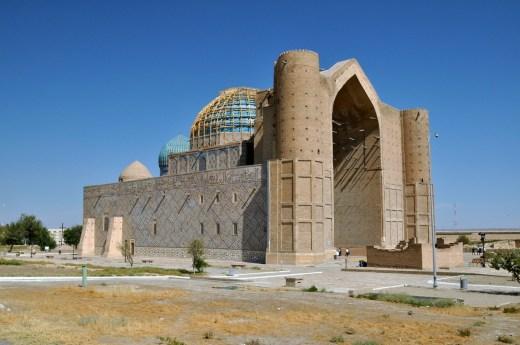 Po śmierci Timura wstrzymano wszystkie prace. Przednia część fasady i minarety nie zostały ukończone. Reszta jest ozdobiona charakterystyczną błękitną mozaiką. Obstawiamy, że rusztowania na głównej kopule nie pochodzą z czasów Timura ;)