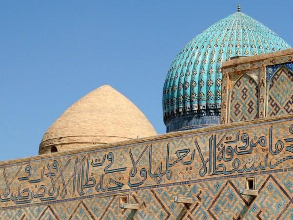 Inskrypcje zastosowano w piśmie kufickim, najstarszej formie kaligrafii arabskiej. Pismo rozpoznaje się po kątach prostych.