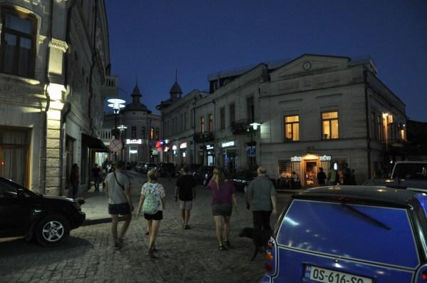 Stare Miasto nocą żyje. Kutaisi jest jednym z najstarszych miast Gruzji. Już w III wieku przed naszą erą znali je Grecy.