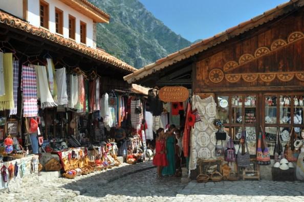 Całkiem egzotyczny bazar turecki w Krui. Sklepikarze zapraszają po polsku, no i na tym ich polszczyzna się kończy. Ale można się targować!