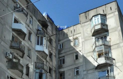 Zbiorniki na wodę powszechnie są stawiane na dachach, nawet 10-piętrowych bloków, po czym woda rozprowadzana jest do mieszkań rurkami ciągnącymi się po elewacji budynków.
