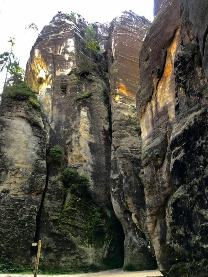 Unikalne bloki piaskowcowe powstałe, podobnie jak pasmo Gór Stołowych, w wyniku nierównej odporności skał na wietrzenie.
