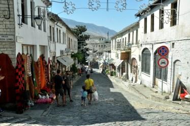 Główna uliczka starej Gjirokastry prowadząca w stronę twierdzy.