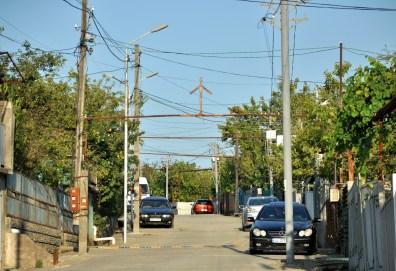 Charakterystyczny krzyż św. Nino z opuszczonymi ramionami stawiany jest w różnych dziwnych miejscach, nad uliczkami też.