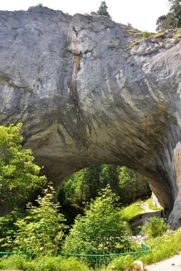 Skalne mosty prawdopodobnie stanowiły niegdyć wielką jaskinię, która na skutek trzęsienia ziemi zawaliła się, tworząc dwa ogromne łuki.