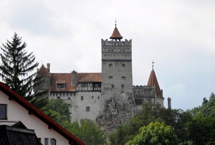 """Bran. Turystyczna enklawa z plakietką """"Drakula"""". Reklamowany jako siedziba Drakuli, choć Palownik w nim nigdy nie mieszkał."""