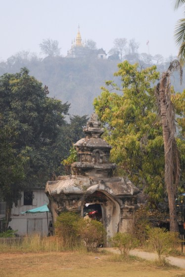 Wat Aham, w tle Wat Chom Si na wzgórzu Phou Si.