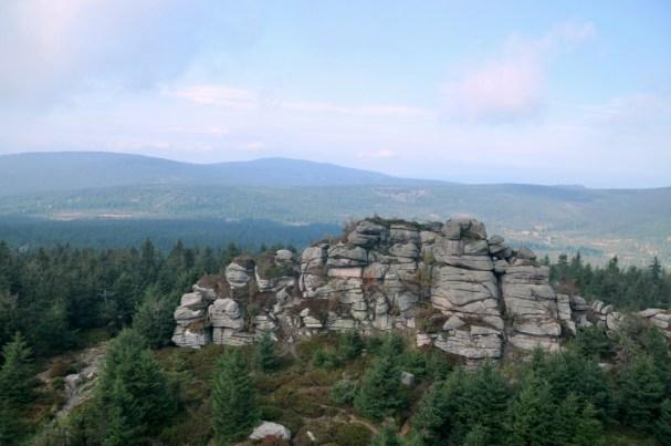 Widok znów w stronę Czarnej Góry i Gołębnika. I na niższą skałę Jizery.